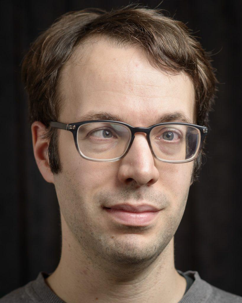 Portraitfoto von Tobias Kühn.